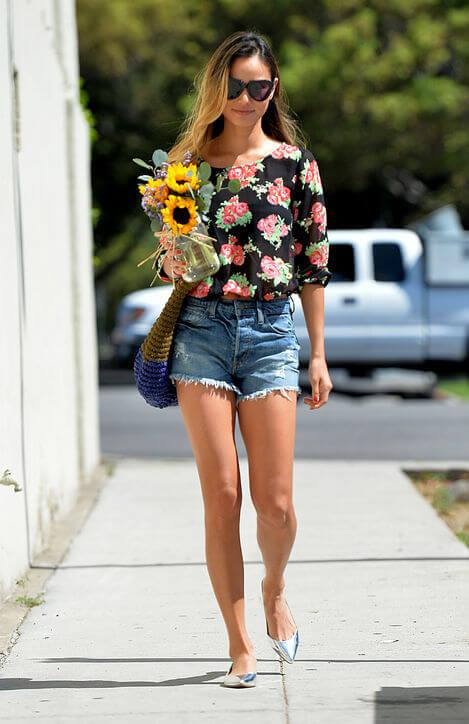 джинсовые высокие шорты с черной рубашкой в цветочек