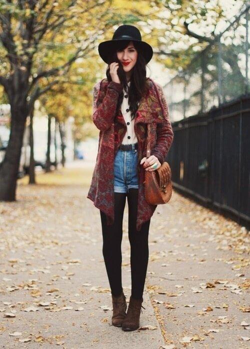 джинсовые шорты с черной шляпой