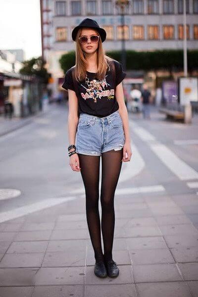 джинсовые шорты с черной футболкой и черными колготками