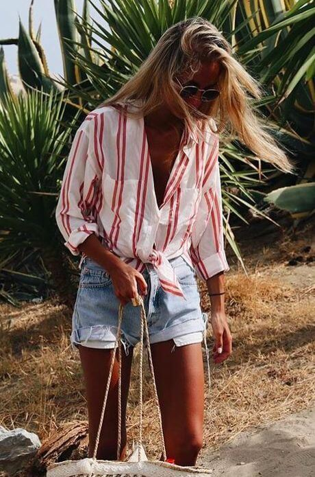 джинсовые шорты с полосатой красно-белой рубашкой