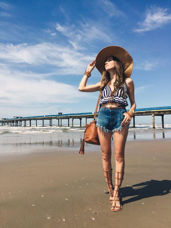 джинсовые короткие рваные шорты с шляпой и босоножками