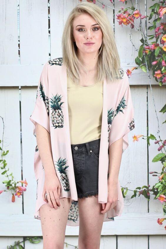 джинсовые шорты с розовым свитером с ананасами