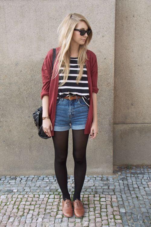 джинсовые шорты с красным кардиганом