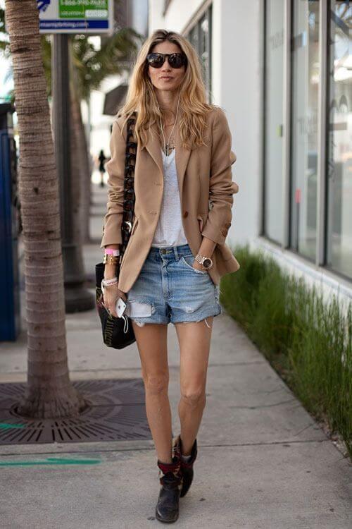 джинсовые шорты с коричневым пиджаком