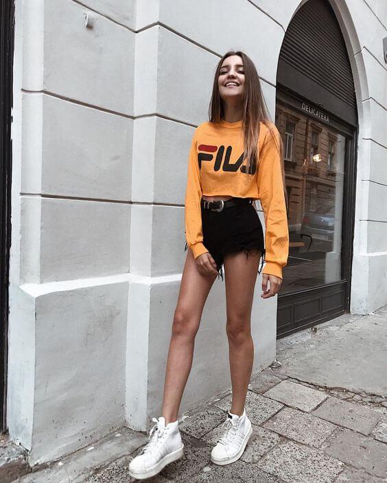 джинсовые короткие шорты с оранжевым свитером Fila