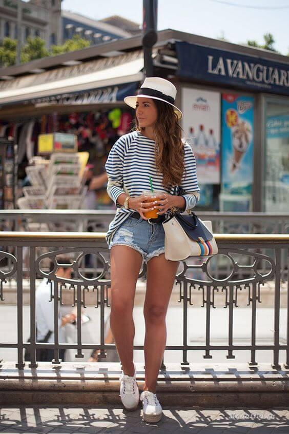 джинсовые короткие шорты со шляпой и белыми кедами