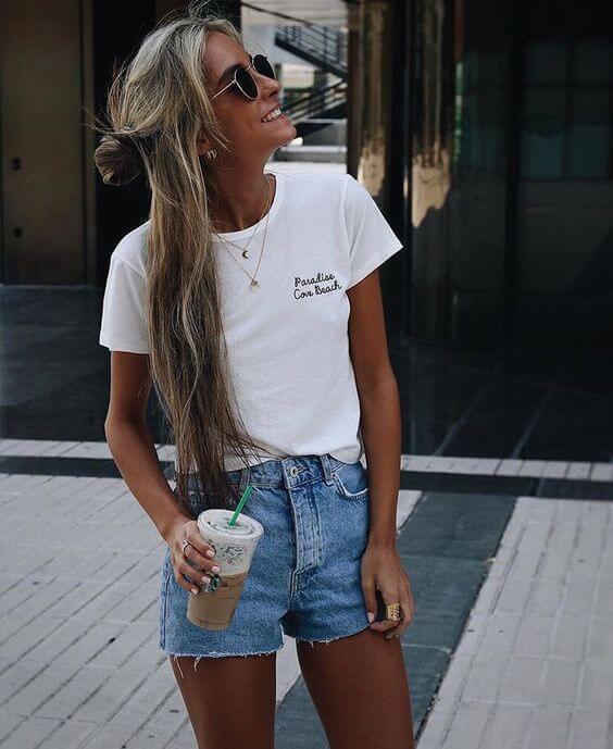 джинсовые высокие шорты с белой футболкой