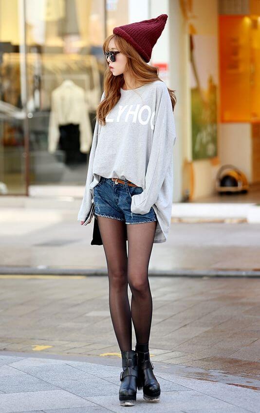 джинсовые шорты с шапкой и белым свитером