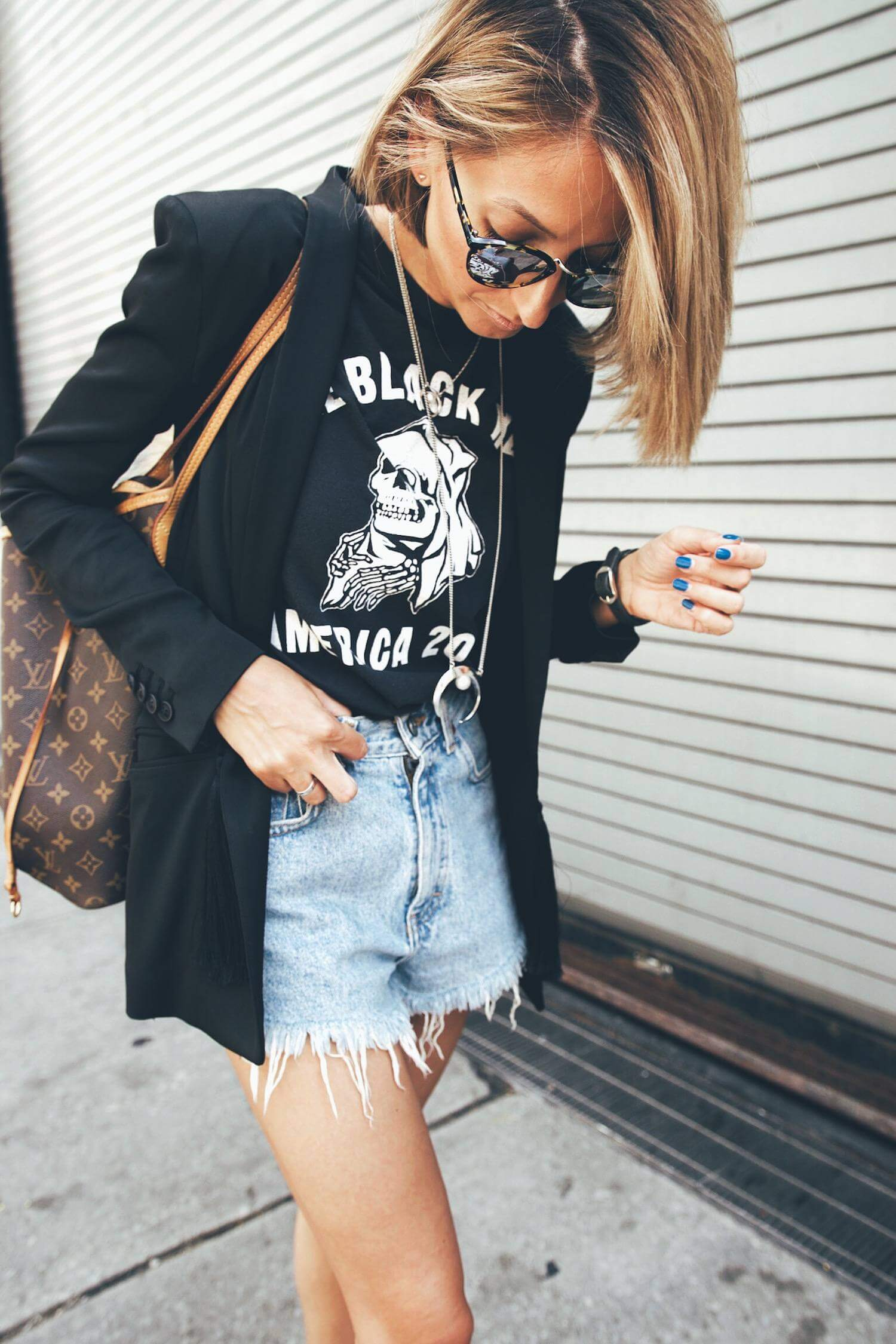 джинсовые шорты с черным пиджаком