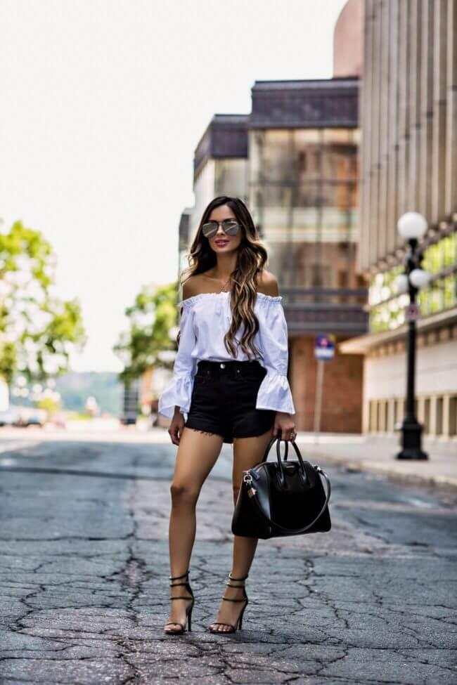 черные джинсовые шорты с белой рубашкой