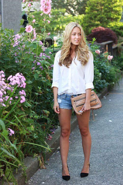 джинсовые шорты с белой рубашкой и кожаной сумкой