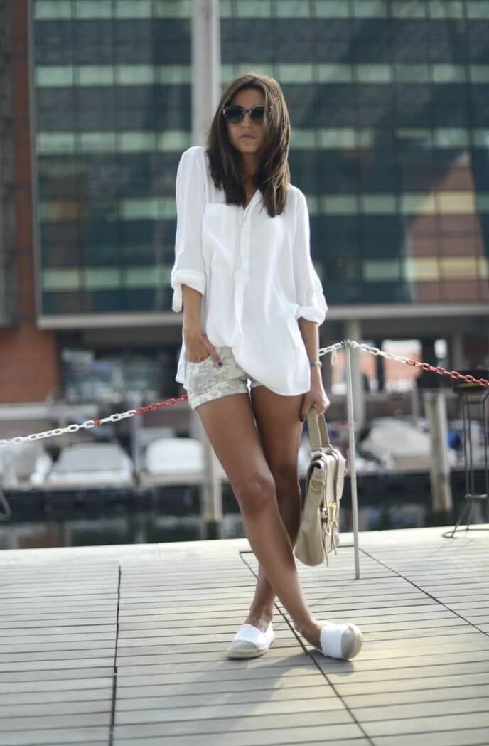 белые джинсовые шорты с белой рубашкой