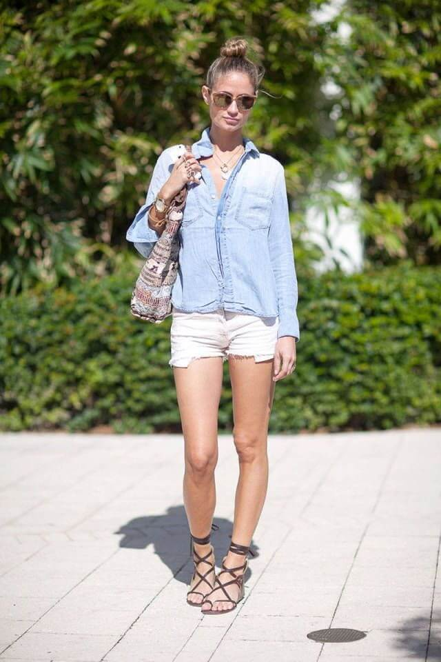 белые джинсовые шорты с джинсовой рубашкой