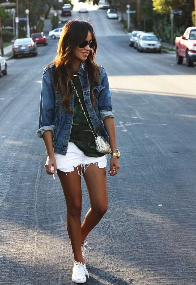 белые джинсовые шорты с джинсовой курткой
