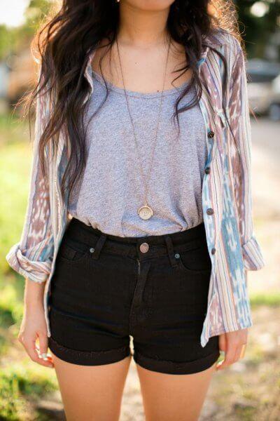 черные джинсовые шорты с серой майкой и рубашкой