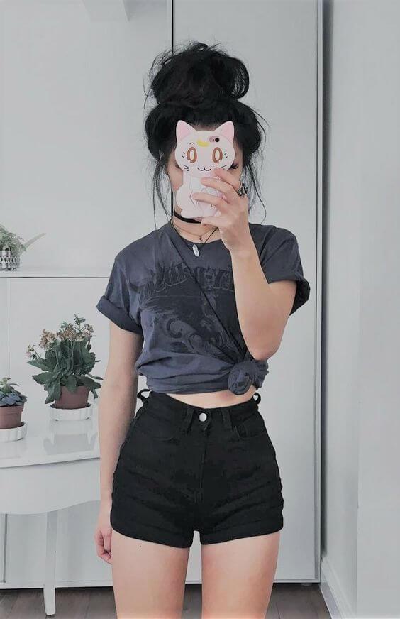 черные джинсовые шорты с серой рубашкой завязаной