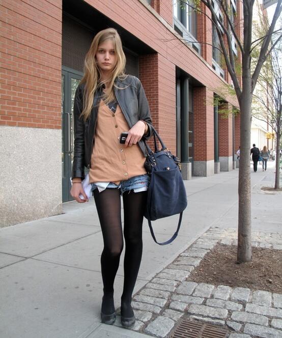 джинсовые шорты с черными колготками и объемной сумкой
