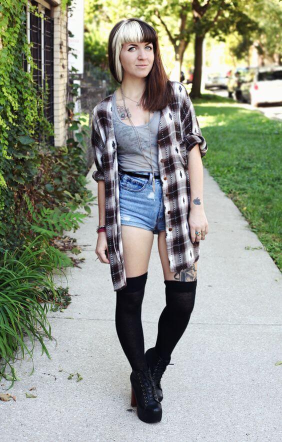 джинсовые высокие шорты с клетчатой рубашкой и высокими черными сапогами