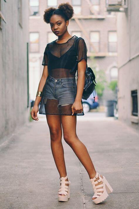 джинсовые короткие шорты с прозрачной черной майкой