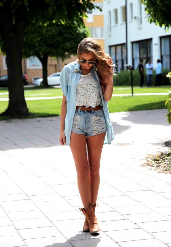 джинсовые шорты с кружевной майкой и коричневыми сапогами
