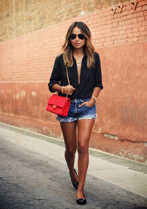 джинсовые шорты с черной рубашкой и красной сумкой