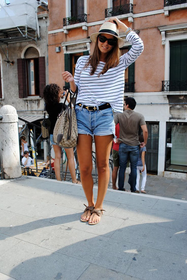 джинсовые шорты с полосатой черно-белой кофтой, шляпой и босоножками