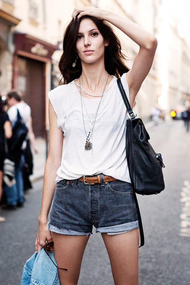 джинсовые синие рваные джинсы с футболкой с черной сумкой