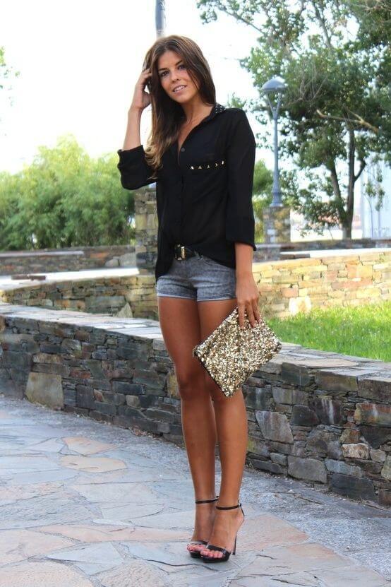 джинсовые шорты с черной рубашкой и каблуками