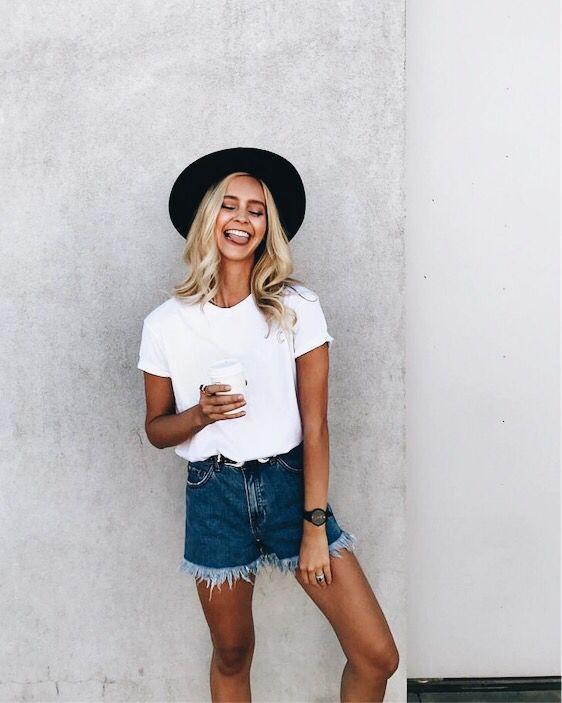 джинсовые синие рваные джинсы с футболкой и черной шляпой