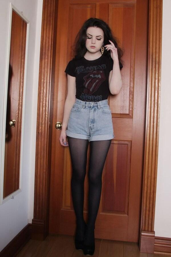 джинсовые шорты с черной футболкой и темными колготками