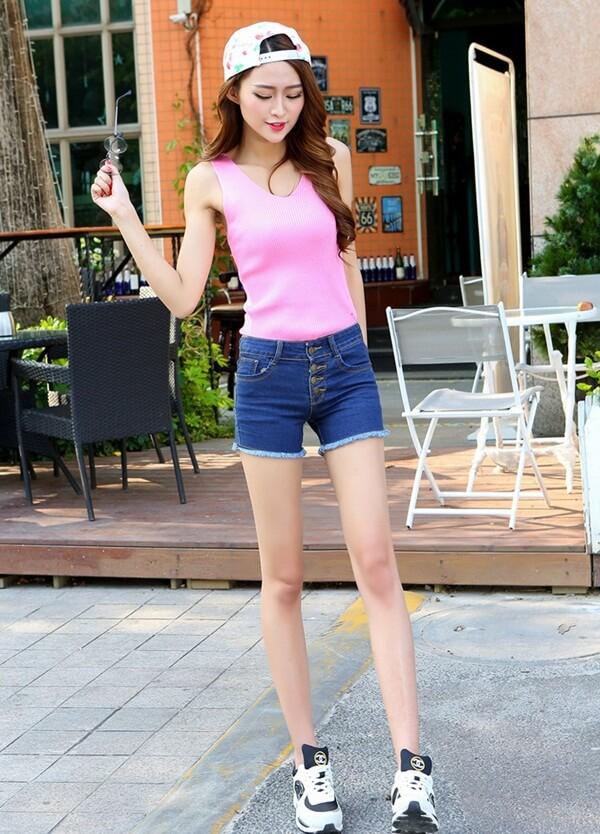 джинсовые шорты с розовой майкой и кроссовками