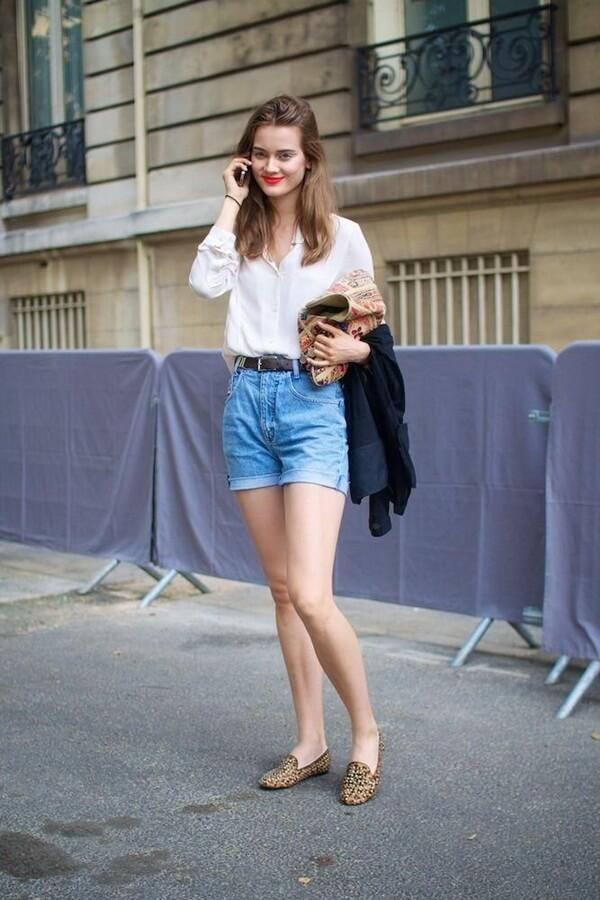 джинсовые высокие шорты с леопардовыми ботинками