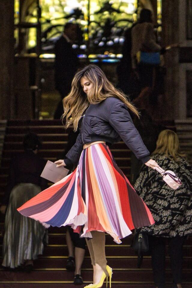 полосатая юбка плиссе с черной курткой с чем носить