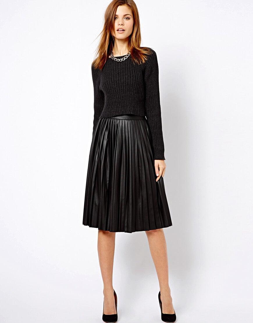 черная кожаная юбка плиссе черным свитером с чем носить