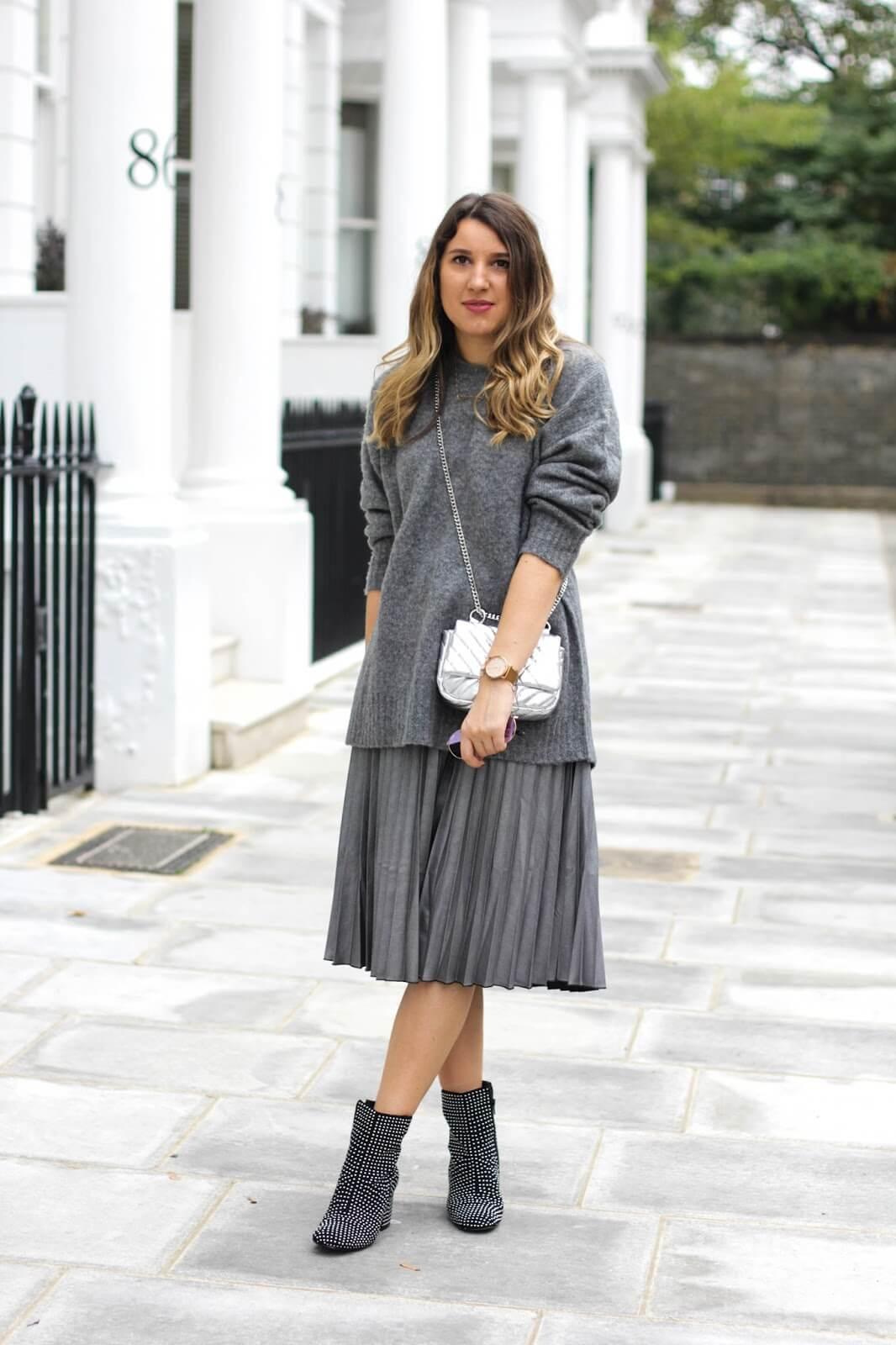 серая юбка плиссе с серым свитером с чем носить