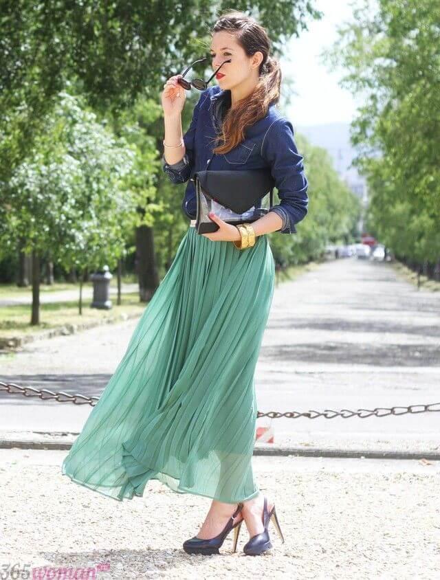 зеленая юбка плиссе с джинсовой рубашкой с чем носить