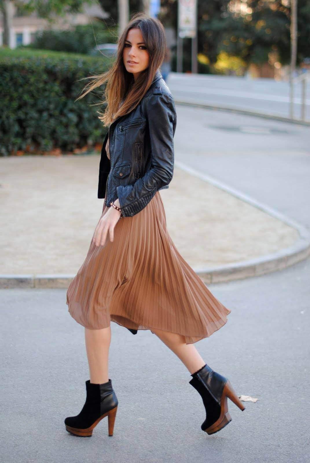 бежевая юбка плиссе с кожаной курткой