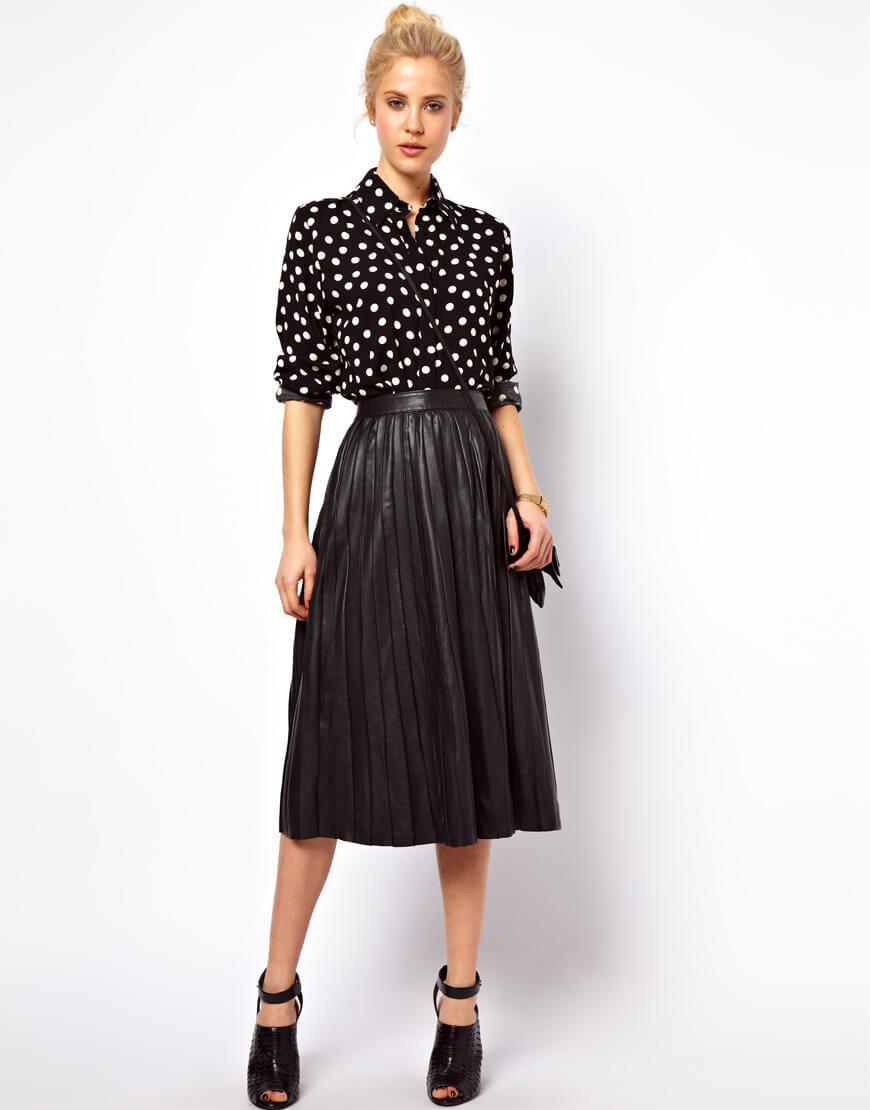 черная кожаная юбка плиссе черной рубашкой в горошек с чем носить
