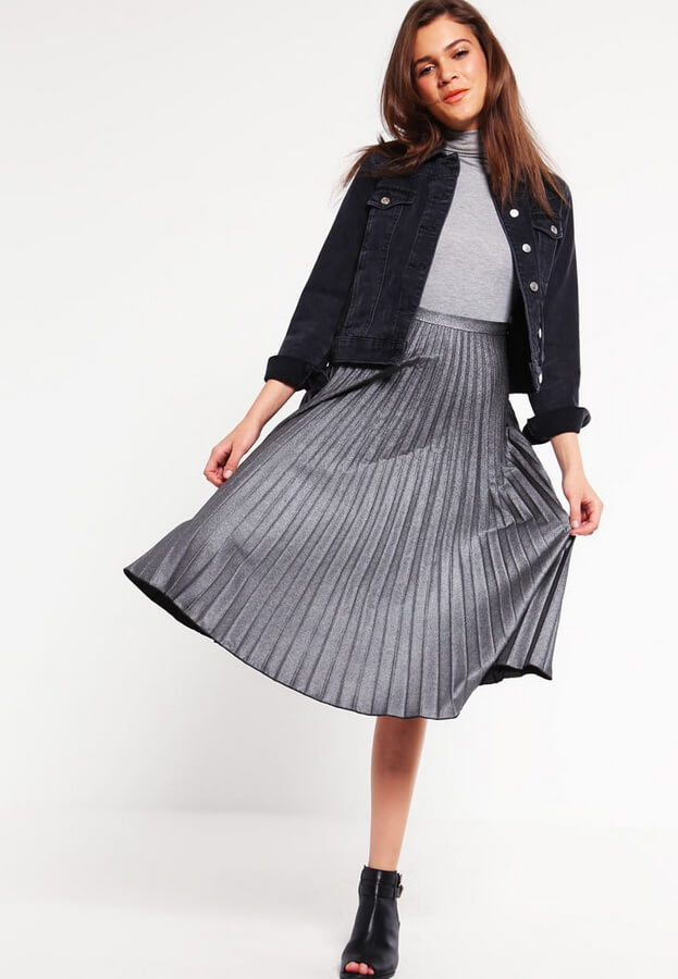 серая юбка плиссе с черной рубашкой с чем носить
