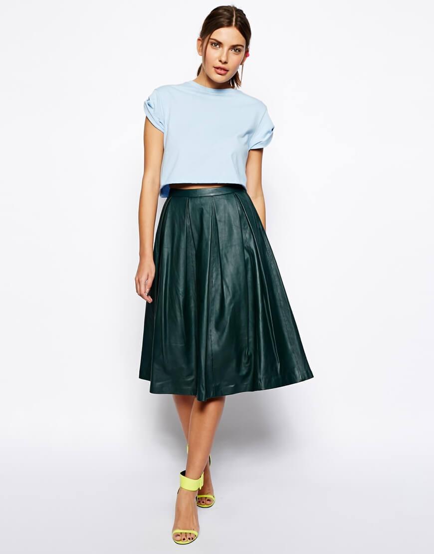 зеленая кожаная юбка плиссе с голубой рубашкой с чем носить