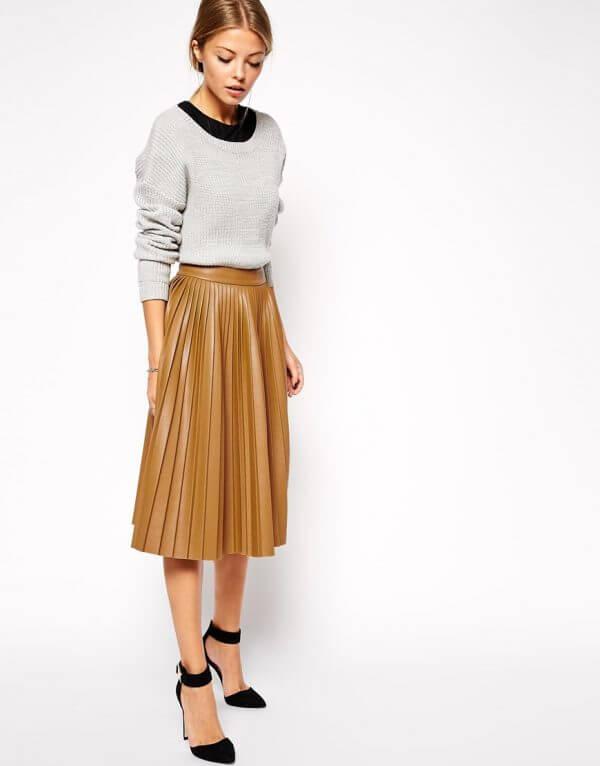 бежевая кожаная юбка плиссе с серым свитером с чем носить
