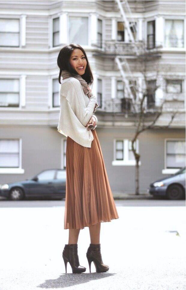коричневая юбка плиссе металлик с белым свитером с чем носить