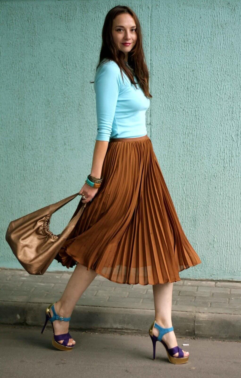 коричневая юбка плиссе металлик с голубой майкой с чем носить