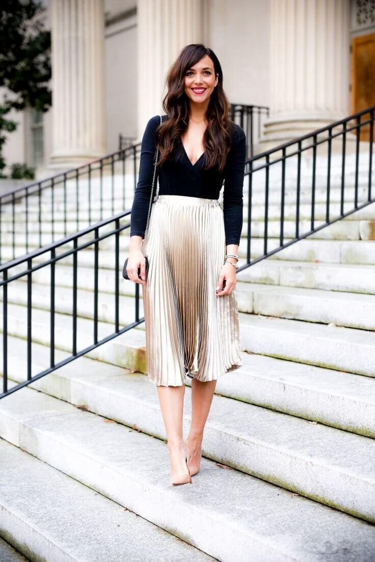 золотая юбка плиссе металлик с черным свитером с чем носить