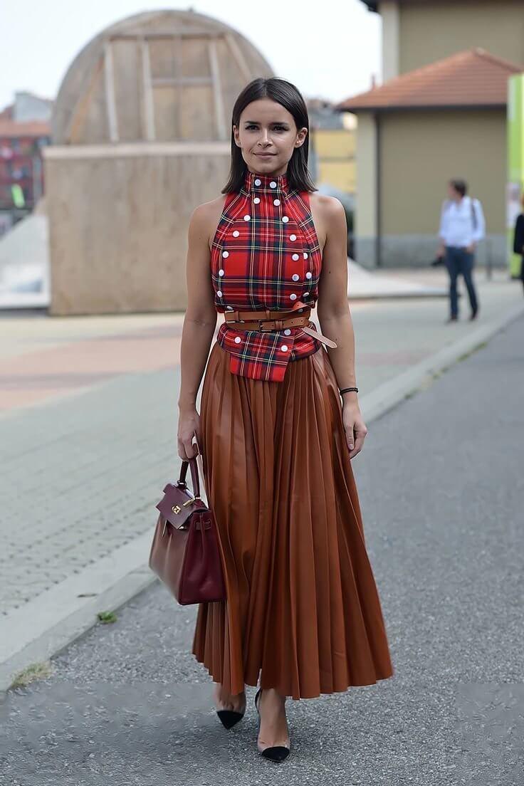 коричневая юбка плиссе с красным топом с чем носить