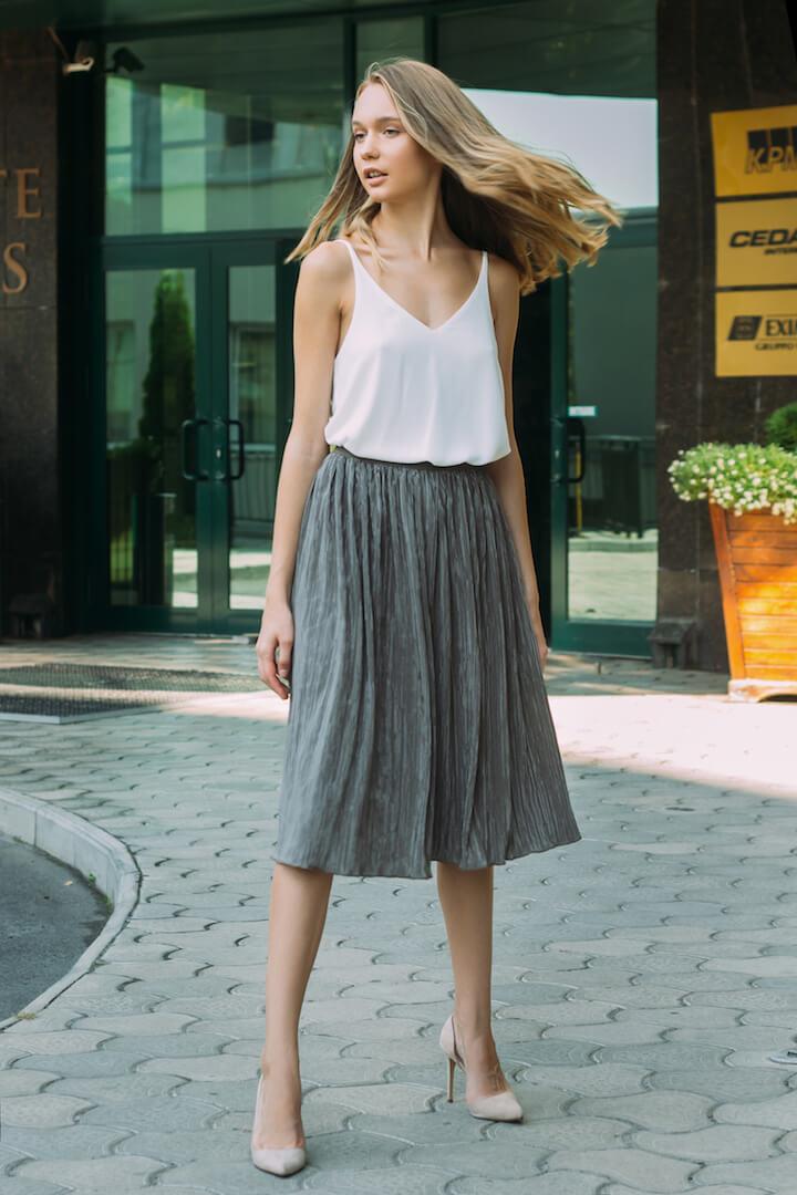 серая юбка плиссе с белым топом с чем носить