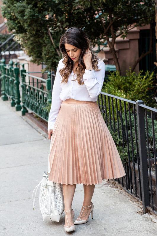 бежевая юбка плиссе с белой рубашкой