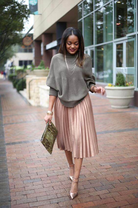 бежевая юбка плиссе с серым свитером
