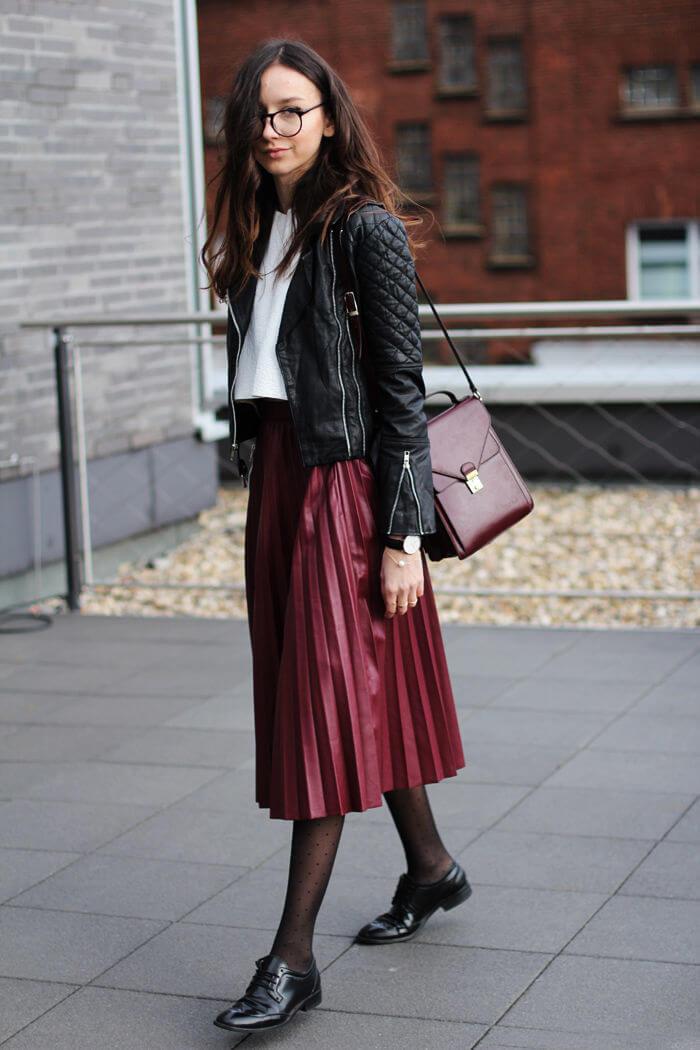 бордовая юбка плиссе с кожаной курткой с чем носить