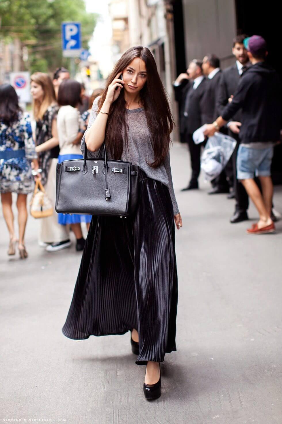 черная юбка плиссе с серой футболкой и большой сумкой